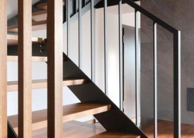schody policzkowe trzybiegowe